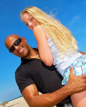 Негритос познакомился на пляже с блондинкой
