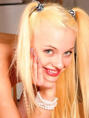 Молоденькая блондинка бросила учебник ради порции эротики 0 фото
