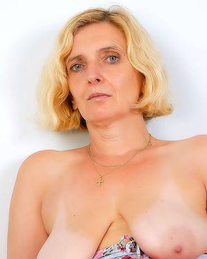 Зрелая женщина пробует себя в роли фотомодели 11 фото