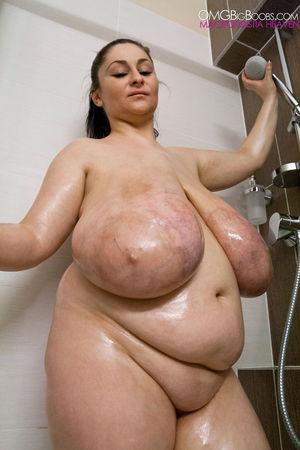 Толстушка в душе купает свои большие отвисшие дойки 11 фото