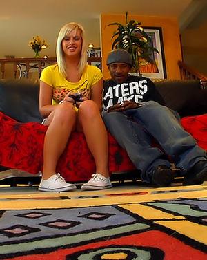 Негр трахнул молоденькую блондинку толстым хером 1 фото