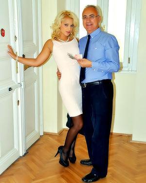 Старый мужик ебет похотливую блондинку 1 фото