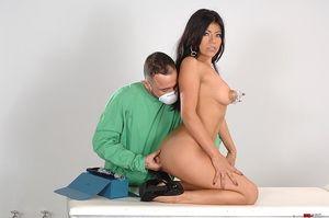 Брюнетка получила оргазм на приеме врача 11 фото