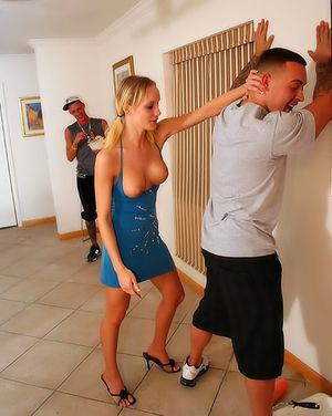 Милые девушки сосут мужикам на вечеринке 2 фото