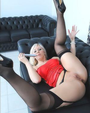 Блондинка в чулках кайфует от дрочки дилдо 10 фото