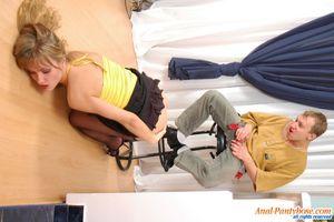 Парень имеет узкую попку милой блондинки 8 фото