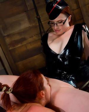 Рыжая бестия наказала непослушную любовницу 11 фото