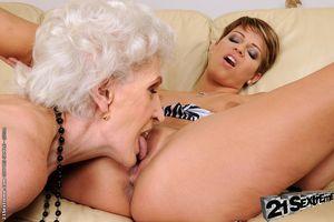 Молодая лесбиянка соблазнила бабушку 2 фото