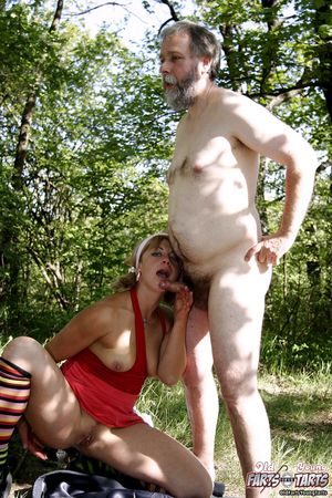 Хитрая блонда соблазнила старого мужика на кладбище 8 фото