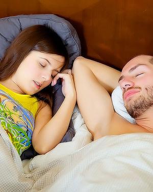 Деваха возбудила ранним утром своего парня и дала себя страстно трахнуть.