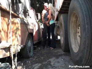 Дальнобойщик имеет грудастую проститутку между фурами 5 фото