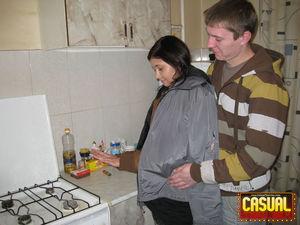 Согрел русскую брюнетку нежным сексом на столе 2 фото