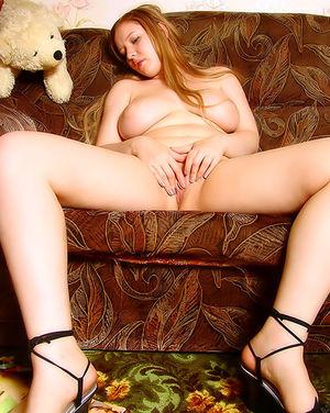 Пухлая блонда ласкает себя рукой 7 фото