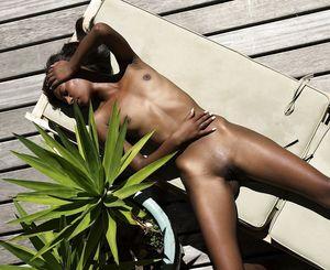 Тощая негритянка отдыхает на солнышке. 9 фото