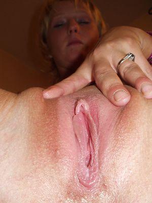 Жена дрочит свою киску 1 фото