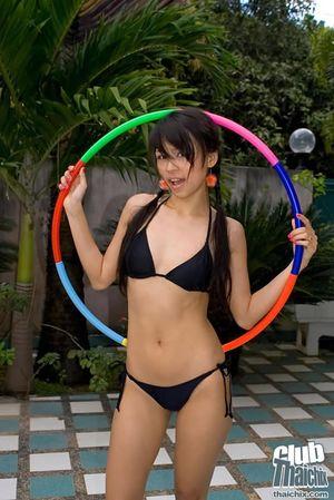 Тощая азиатка занялась спортом топлес 1 фото