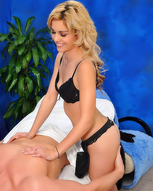 Миниатюрная блондинка делает массаж члена 4 фото