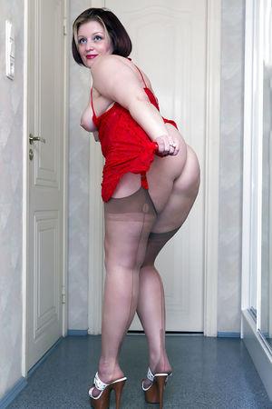 Зрелая тетка с большим задом в красном платье 4 фото