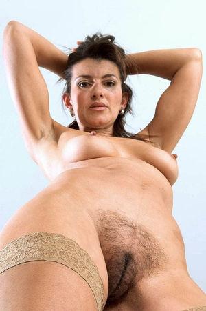 Зрелая тетка мастурбирует свою мохнатую письку 2 фото
