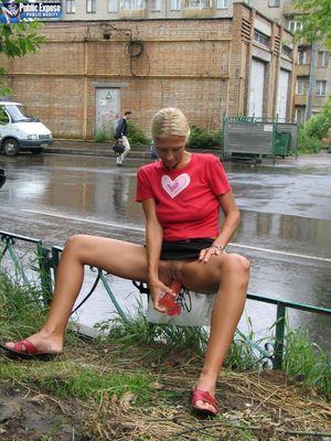 Блондинка трахает себя самотыком на улице. 13 фото
