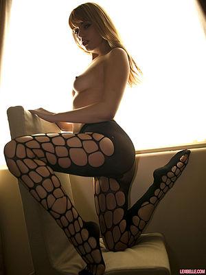 Красивая блондинка в колготках мнет сиськи 6 фото