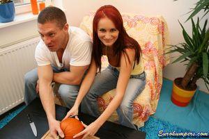 Рыжая девка любительница брать в рот большие члены 2 фото