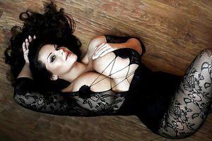 Мия Зарринг - обладательница больших сисек 6 фото