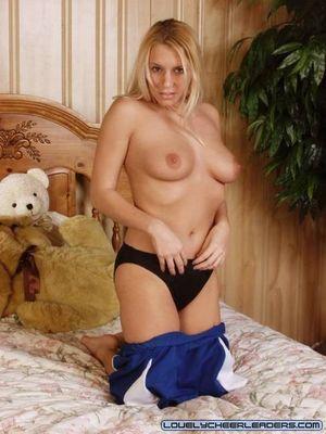 Блонда в униформе мастурбирует дилдо 6 фото