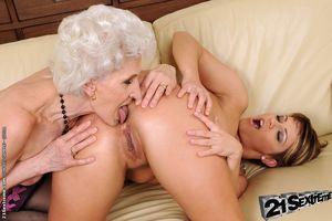 Молодая лесбиянка соблазнила бабушку 6 фото