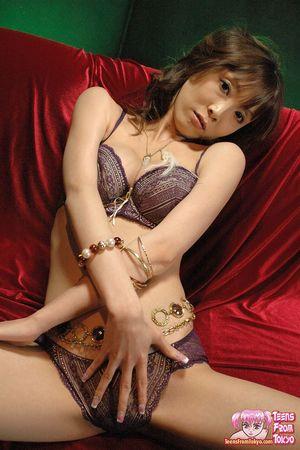 Худая азиатка в нижнем белье ласкает мохнатку 4 фото