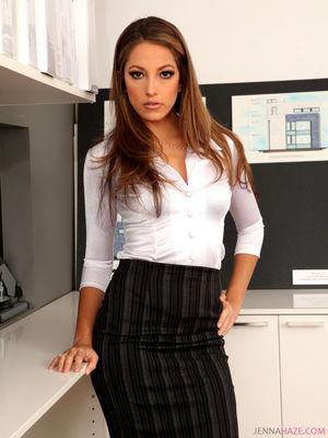 В офисе тридцатилетняя стройная секретарша демонстрирует крутые прелести 2 фото