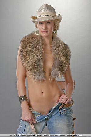 Гибкая блондинка в ковбойской шляпе 7 фото
