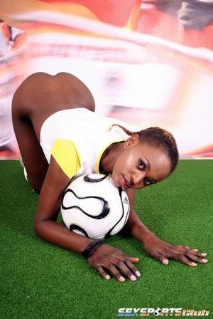 Негритянка фоткается, чтобы привлечь спонсоров к женскому футболу 13 фото
