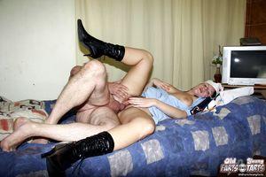 Старый пузатый мужик поимел молоденькую медсестру у себя в квартире 9 фото