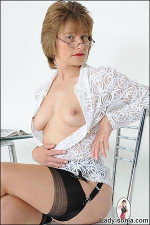 Скромная бабуля задрала юбку и показала трусики 8 фото