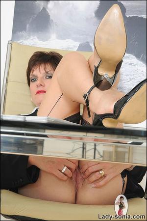 Сексапильная секретарша в чулках решила уделить себе время 8 фото