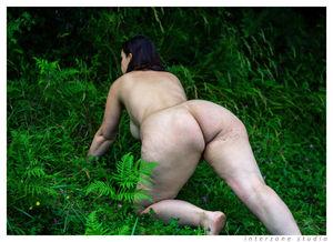 Сочная толстушка делает прекрасные фото на природе голышом 11 фото