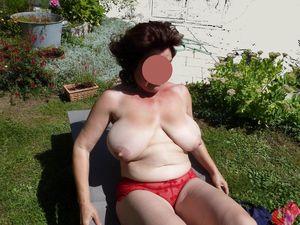 Бабуля с отвисшими сиськами загорает в саду 7 фото