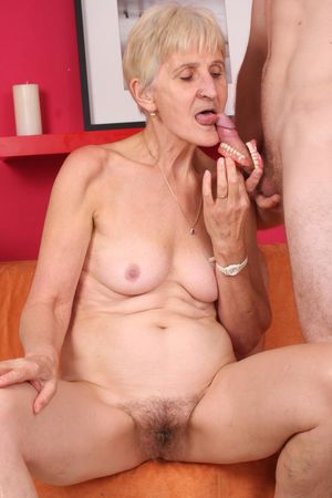 Бабушка дрочит вставной челюстью и ебется с внуком 5 фото