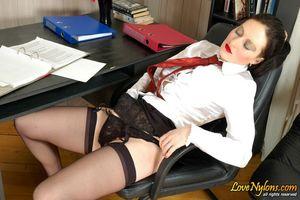 Зрелая русская секретарша дала приласкать свою промежность посетителю офиса 2 фото