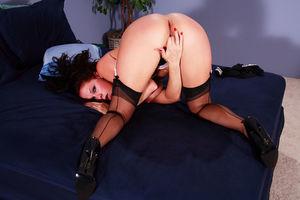 Джианна Майклз мастурбирует у себя в спальне 10 фото