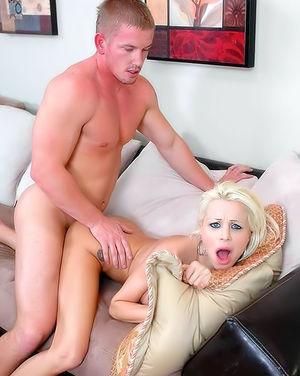 Блондинка с силиконовыми буферами берет в рот хер. 4 фото