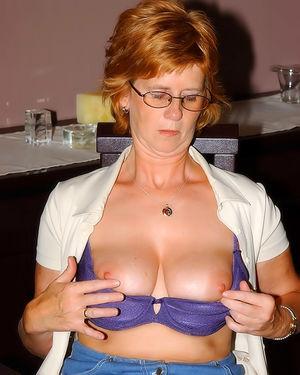 Развратная зрелая женщина, мастурбирует на работе 3 фото