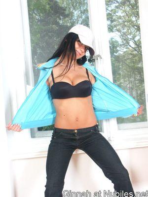 Брюнетка в кепке с гордостью демонстрирует свои большие круглые мойки 1 фото