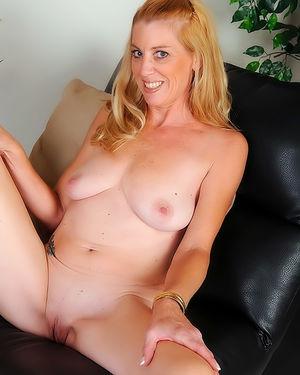 Одинокая блондинка мастурбирует пизду 9 фото