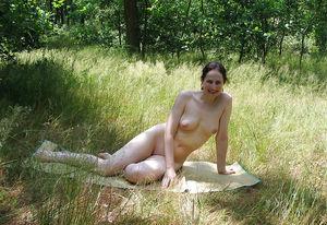 Ебля на природе с женой 11 фото