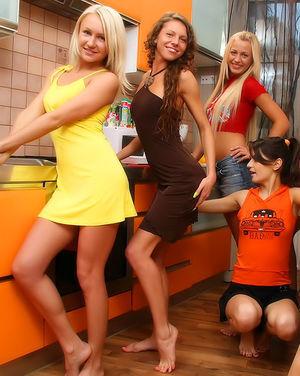 Четыре очаровательные лесбиянки шалят на кухне 0 фото