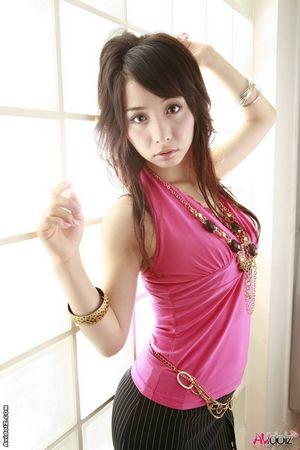 Стройная азиатка в деловом костюме 5 фото
