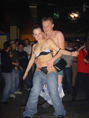 Голые девушки танцуют с парнями на вечеринке 3 фото