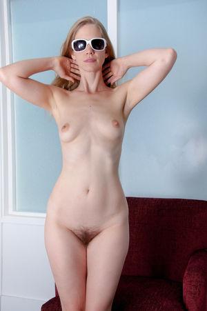 Счастливая блондинка показывает свою попку 7 фото